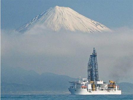 風・波・流れとの戦いの場、NanTroSEIZE海域へ向けて清水港を出帆する「ちきゅう」。背面の富士山がエールをおくってくれているようだ 。