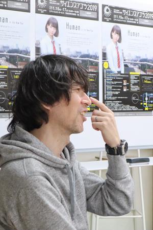 制作は目から始めることが多い。「黒目」の部分を指さしながら説明してくれるTELさん。