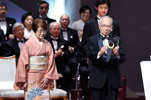 写真.日本国際賞授賞式で高橋裕氏ご夫妻(国際科学技術財団提供)