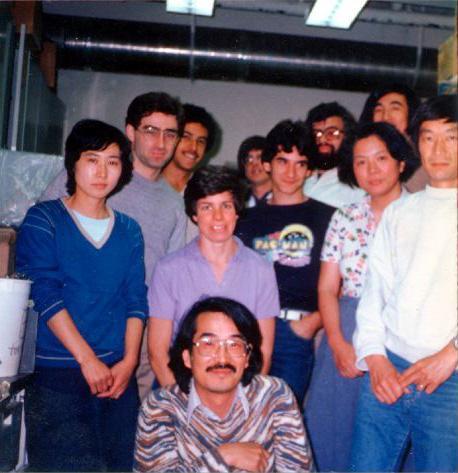 写真.米国で研究生活を送っていた時期の大坪久子氏(2列目右から2番目。前列は夫の栄一氏=当時ストーニー・ブルック大学アシスタント・プロフェッサー。1982年同大学の研究室で)