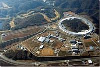 X線自由電子レーザーが建設される播磨研究所 右上は大型放射光施設(Spring-8) (提供:理化学研究所)