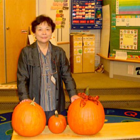 写真.ADVANCE年会(2009年)に参加した大坪久子氏=訪ねたNSFの保育園で