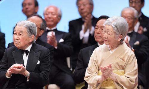 日本国際賞の受賞者を祝福される天皇、皇后両陛下(4月8日、国立劇場で)(国際科学技術財団提供)