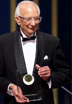 授賞式でのラタン・ラル博士(4月8日、国立劇場で)(国際科学技術財団提供)