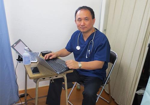 住民の健康診断をする上昌広氏(2013年7月、相馬市の仮設住宅で)=上氏提供
