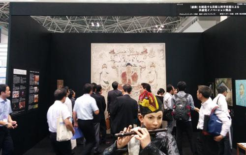 写真の中央手前には、エドゥアール・マネの「笛を吹く少年」が、2次元の絵画の世界から3次元の立体像として飛び出しているのが見えます。