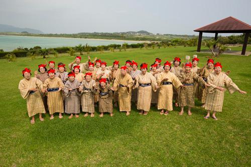 小浜島ばあちゃん合唱団(KBG84) 提供:株式会社ザ・カンパニー
