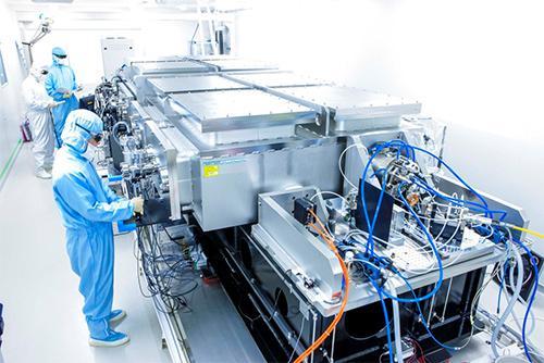 拠点に参画する理化学研究所で開発したフォトンリング。基本のレーザー波長は1,030ナノメートルで、共振器内に配置した希ガスから、紫外域レーザー光の発生に成功している。今後、遠赤外からテラヘルツ光まで、広範囲な波長で、レーザー光の発生を目指す。