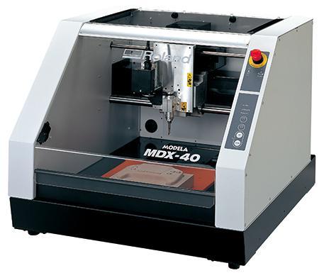 造形に使用した三次元プロッタ、MDX-40(写真提供:Roland D.G. 株式会社)。