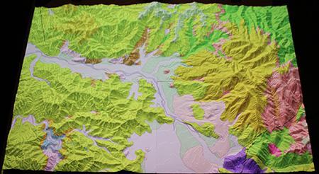 図2の模型に、地質図(産総研20万分の1日本シームレス地質図, 2012)を投影した様子。