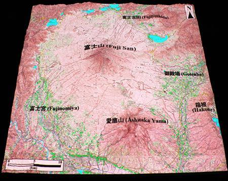 図3の模型に国土地理院5万分の1地形図を投影した様子。