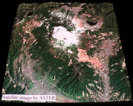図3の模型にASTER衛星画像を投影した様子。