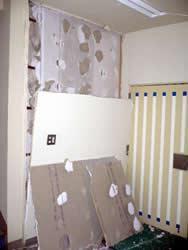 崩れ落ちた入り口横の壁