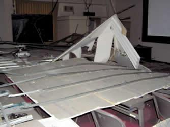 机の上に落ちた天井と蛍光灯