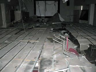 椅子を使って、落ちた天井の石こうボードを割って通路を確保し、脱出した