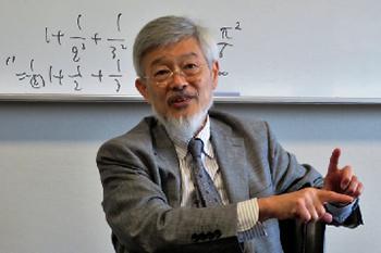 写真3 大学本内でインタビューに答える若山正人氏