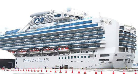乗員乗客から多くの感染者を出したクルーズ船「ダイヤモンド・プリンセス」(横浜市鶴見区の大黒ふ頭で2月13日午前撮影)