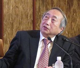 記者会見で新型コロナウイルス感染症の特徴を説明する岡部信彦 氏