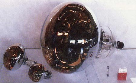 開発された直径50センチの光検出器。左隣の2つの光検出器は当時一般的に使われていた。(提供:東京大学宇宙線研究所)