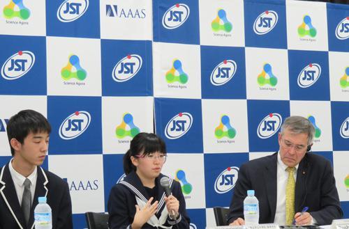 写真「サイエンスエンスアゴラ2016」初日の3日行われた「メディアセッション」で東日本大震災や熊本地震を経験した福島県や熊本県の高校生の話を真剣に聞くホルト氏