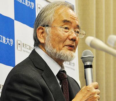 写真1 受賞が決定した直後の10月3日夜、東京工業大学で記者会見する大隅良典氏(東京工業大学提供)