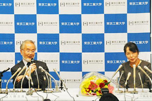 写真2 受賞決定の翌日の10月4日、萬理子夫人と東京工業大学での記者会見に臨んだ大隅良典氏(東京工業大学提供)