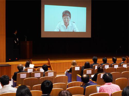 ビデオメッセージを送る原山優子氏