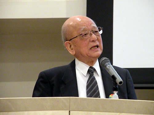 講演する鈴木 章 氏・北海道大学 名誉教授