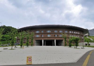 写真1 九州大学大学本部。約270ヘクタールの広大な敷地を誇る九州大学の伊都キャンパス(福岡市西区元岡)内の椎木講堂にある。