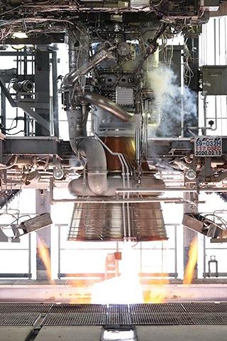 LE9エンジンの燃焼試験の様子。今年2月のもの(JAXA提供)