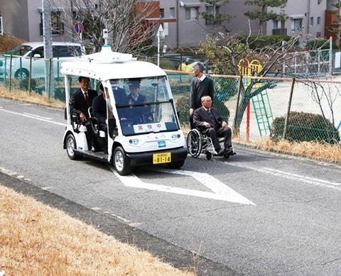 写真2 車いすから安全な距離を保ちながら走行する「ゆっくりカート」(出典:春日井市ホームページ)