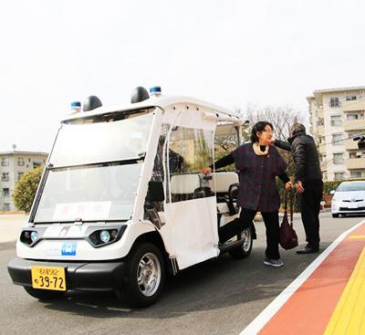 写真3 目的地に到着し、実験参加者が「ゆっくりカートから降車」(出典:春日井市ホームページ)