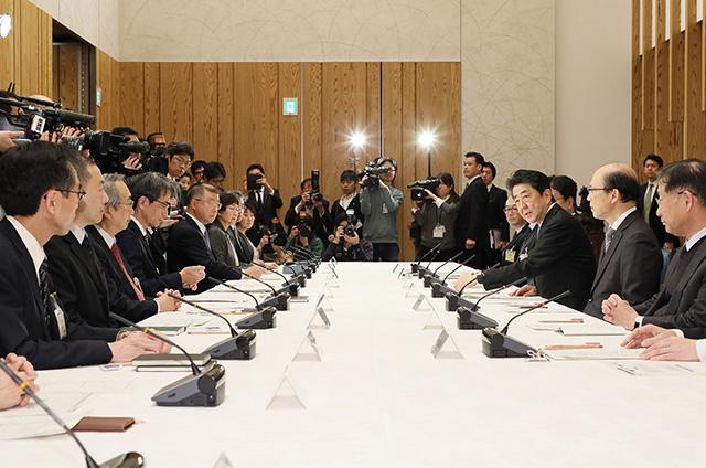 政府が16日に首相官邸で開いた専門家会議の第1回会合の様子(首相官邸提供)