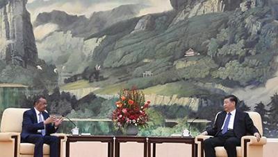 28日、中国・北京で会談するWHOのテドロス事務局長(左)と習近平国家主席(右)(WHO提供)