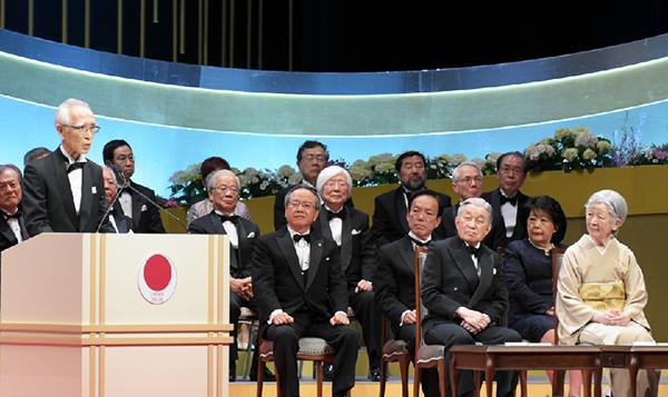 あいさつする岡本博士(左)と同博士のあいさつを聞かれる天皇皇后両陛下(国際科学技術財団提供)