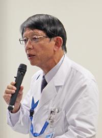 写真1 記者会見で治験の概要を説明する高橋良輔教授(提供・京都大学)