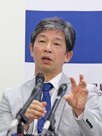 写真2 記者会見で記者からの質問に答える高橋淳教授(提供・京都大学)