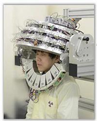 画像:放射線医学総合研究所提供・研究グループが開発したヘルメット型PET