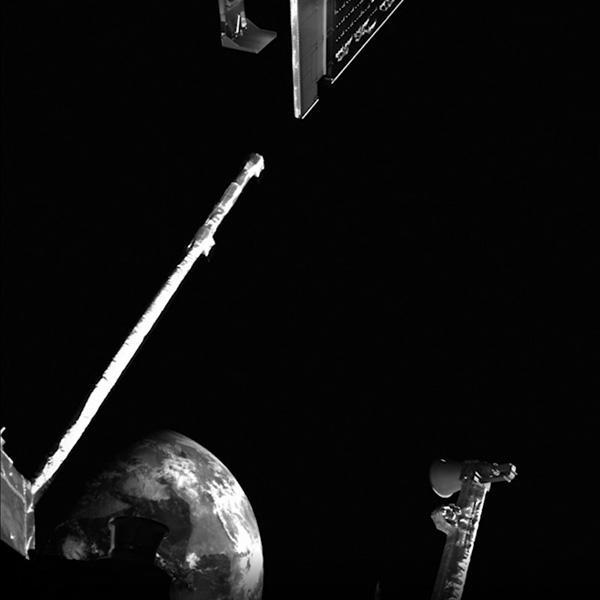 ベピコロンボがスイングバイの際に撮影した地球(左下)(ESA提供)