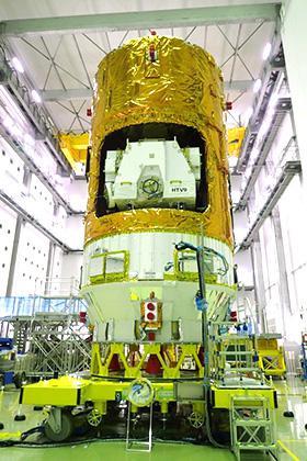 種子島宇宙センターで関係者に公開された「こうのとり」9号機(JAXA提供)