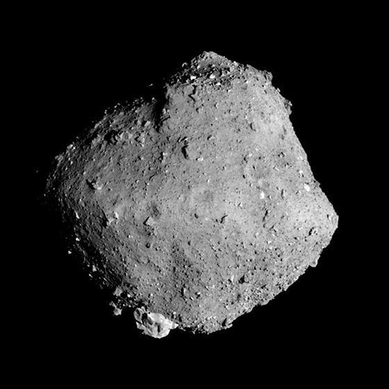 はやぶさ2が2019年3月に撮影した小惑星りゅうぐう(JAXA、東京大学など提供)