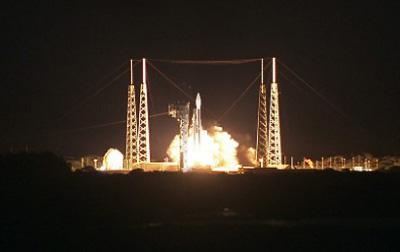 米東部時間の9日夜、米フロリダ州ケープカナベラル空軍基地から打ち上げられる「ソーラーオービター」を搭載したアトラスVロケット(NASA提供)