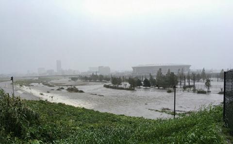 台風19号の影響で冠水した日産スタジアム周辺(鶴見川堤防から撮影、10月13日)(横浜市体育協会提供)