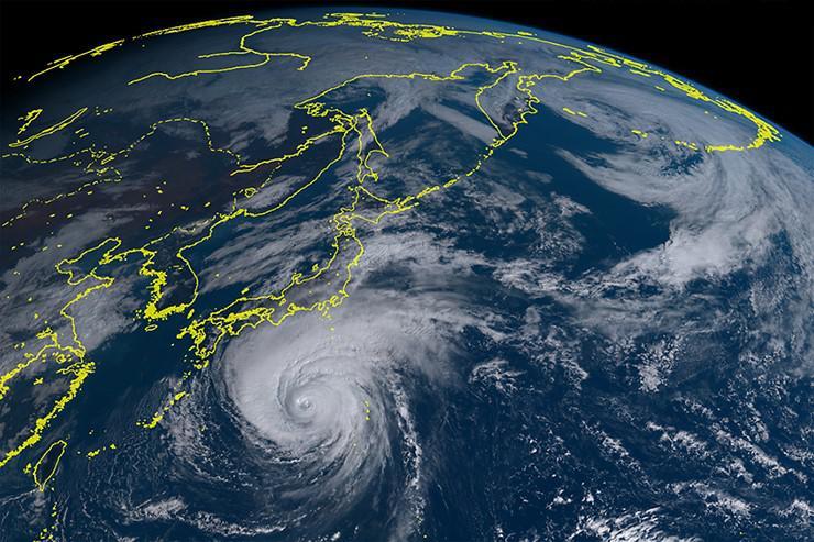 上、下の画像とも、ひまわり8号が捉えた11日正午現在の台風19号(提供:情報通信研究機構(NICT))