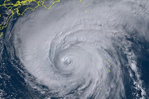 上、下の画像とも、ひまわり8号が捉えた11日正午現在の台風19号(拡大)(提供:情報通信研究機構(NICT))