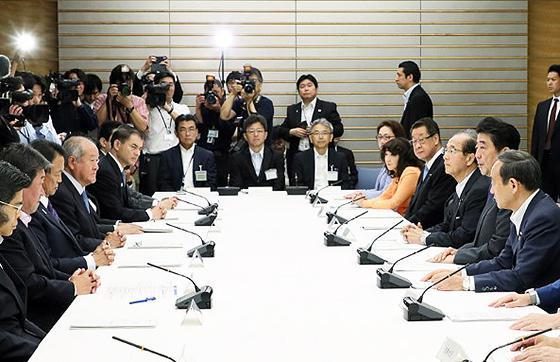 6月11日に首相官邸で開かれ、地球温暖化対策の長期戦略について最終的な議論が行われた第40回地球温暖化対策推進本部会合の様子(提供・首相官邸)