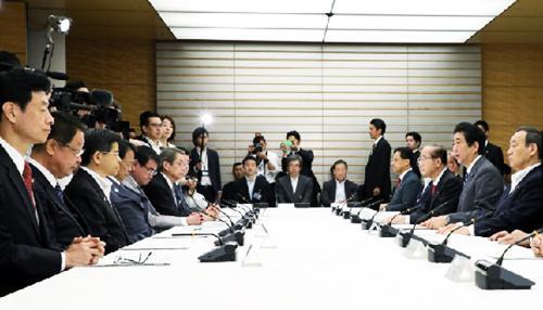 5月31日に開かれた政府の「海洋プラスチックごみ対策の推進に関する関係閣僚会議」(提供・首相官邸)