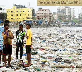 インド・ムンバイの海岸のプラスチックごみ(2015年)(UNEP「Single-use Plastics:A roadmap for Sustainability」から/UNEP提供)