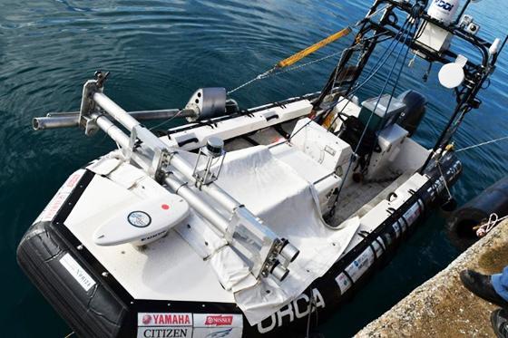 写真3 通信機器を積んだ無人船。自律型無人潜水機と地上施設のあいだで信号を中継する。(「チーム・クロシオ」提供)
