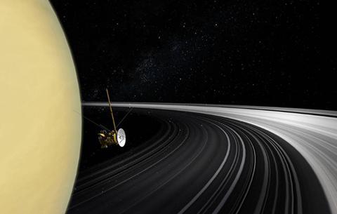 土星探査機カッシーニが土星の本体と輪の間を通り抜けた時の想像図(提供・NASA / JPL-Caltech)